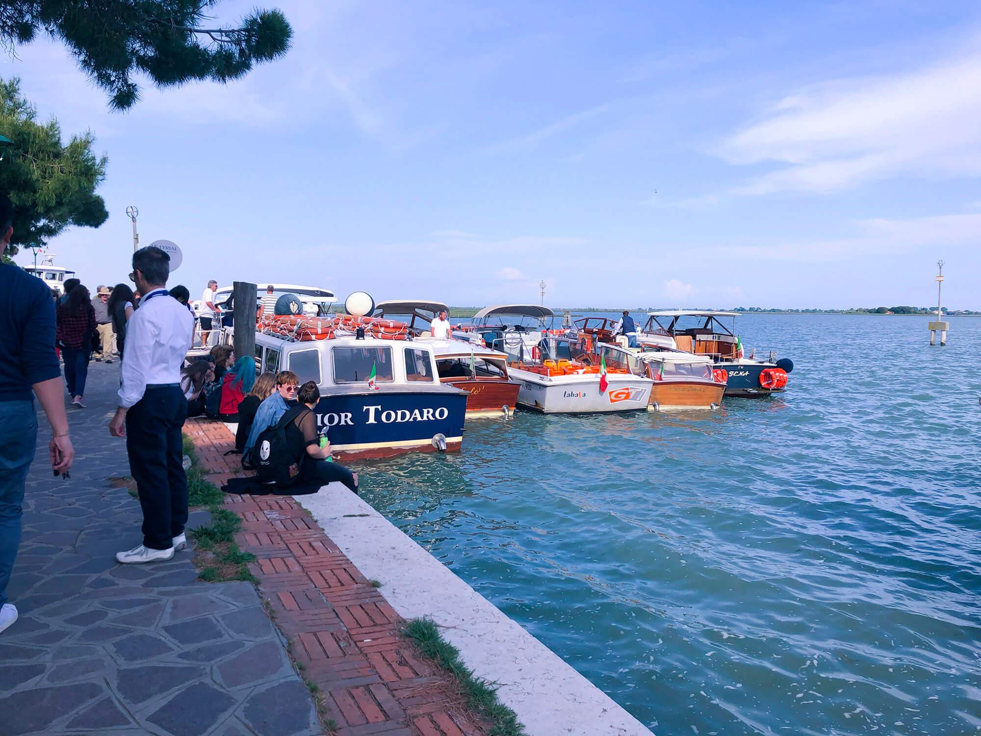 Burano彩色島威尼斯船舶停靠點