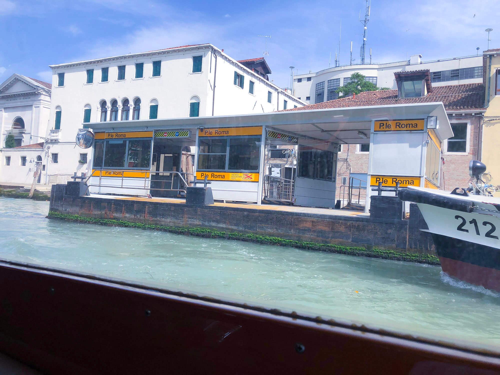 威尼斯Venice大運河上的水上巴士站