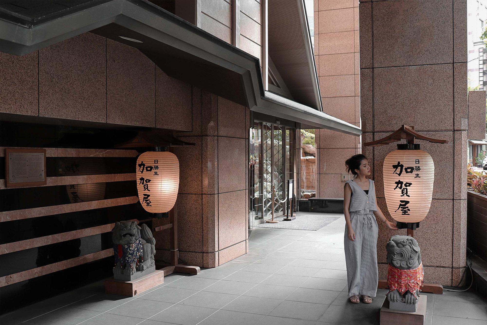 加賀屋大廳門口1