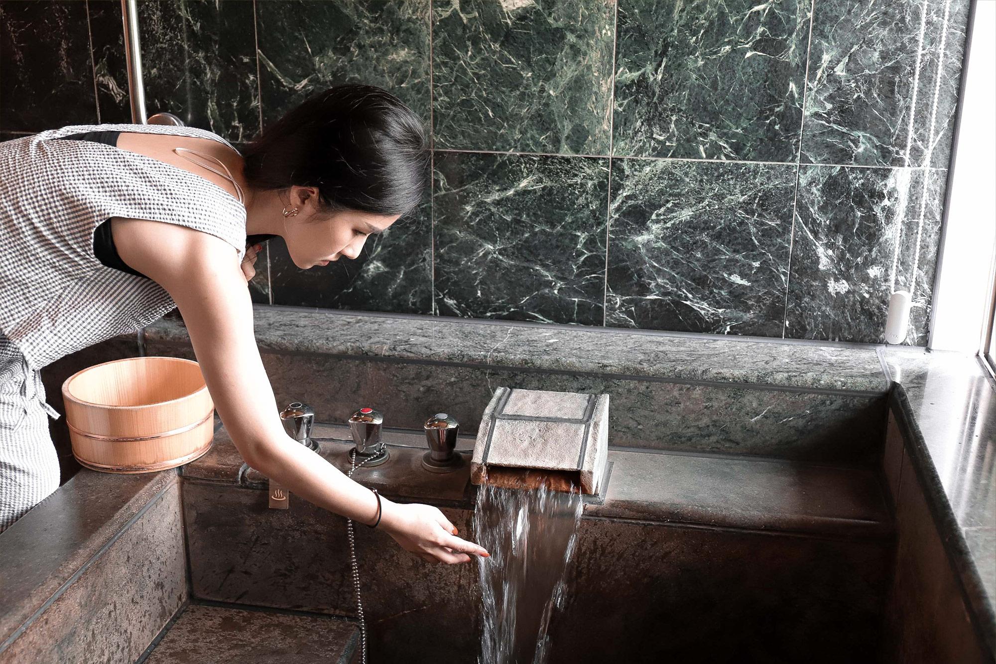 加賀屋泡湯屋測水溫