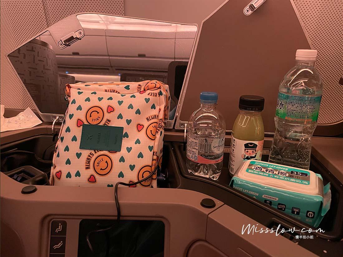 華航A350商務艙直飛倫敦,疫情內的飛行日誌-商務艙置物小區