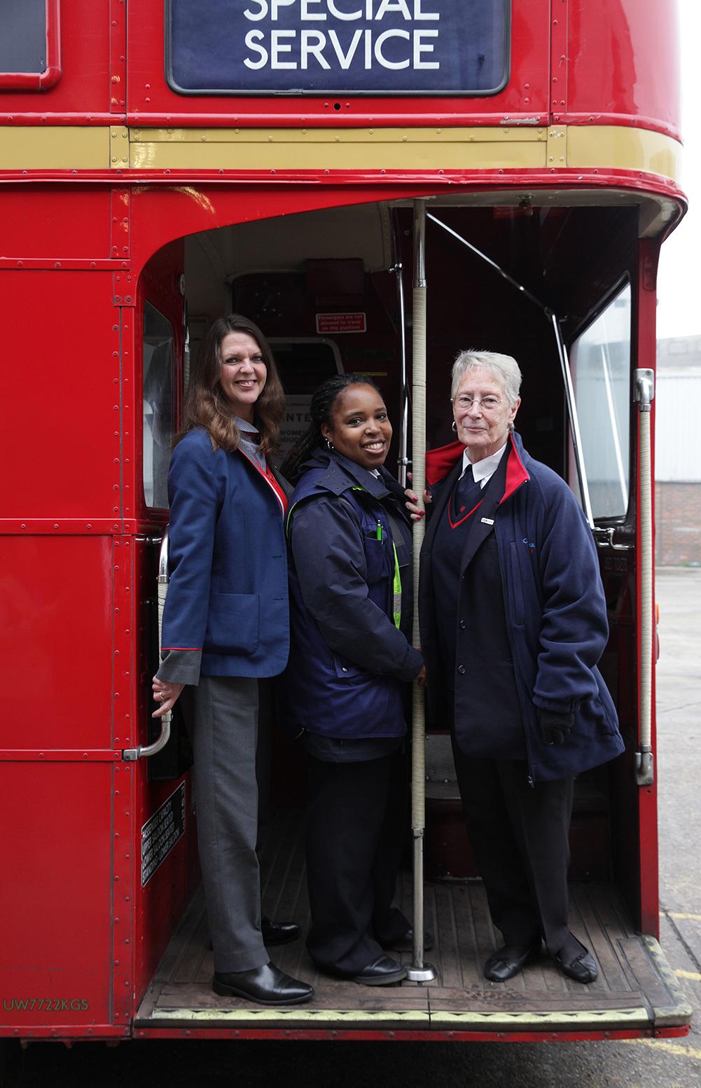 倫敦巴士搭車攻略:必搭的復古老公車Routemaster,後方上車口