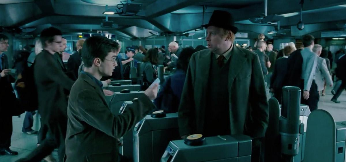 哈利波特在倫敦拍攝的10個知名電影場景-衛斯理先生帶哈利搭地鐵/《哈利波特:鳳凰會的密令》劇中畫面