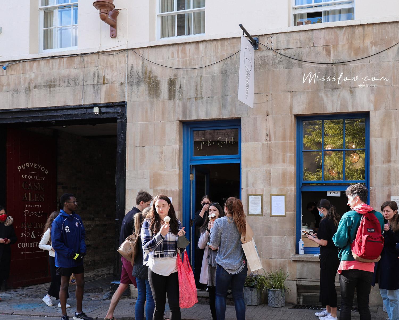 排隊等吃冰的人,感覺學生、觀光客都有
