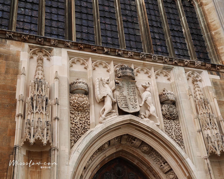 國王大學禮拜堂上的雕刻建築
